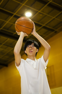 バスケットボールをする男子高校生の写真素材 [FYI04685329]