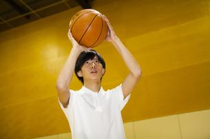 バスケットボールをする男子高校生の写真素材 [FYI04685330]