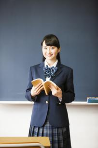本を持つ女子高生の写真素材 [FYI04685331]