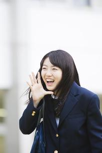 校庭で叫ぶ女子高生の写真素材 [FYI04685339]
