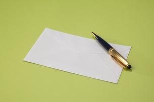 白い封筒とボールペンの写真素材 [FYI04685383]