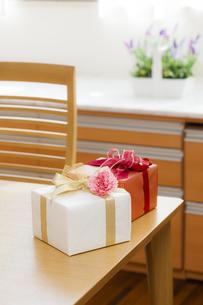 プレゼントBOXとカーネーションの写真素材 [FYI04685438]