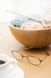 編み物とメガネの写真素材 [FYI04685447]