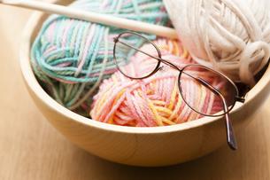 編み物とメガネの写真素材 [FYI04685448]