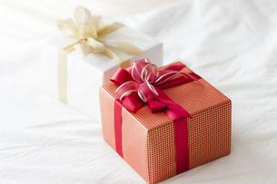 ベッドに置かれたプレゼントBOXの写真素材 [FYI04685465]
