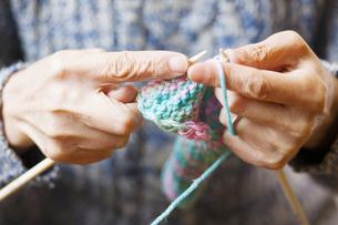 編み物をする女性の写真素材 [FYI04685484]