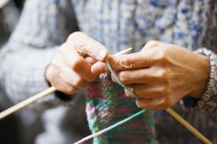 編み物をする女性の写真素材 [FYI04685485]