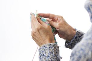 編み物をする女性の写真素材 [FYI04685486]