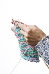 編み物をする女性の写真素材 [FYI04685487]