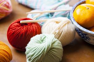 ミカンと編み物の写真素材 [FYI04685489]