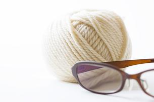 毛糸と眼鏡の写真素材 [FYI04685512]
