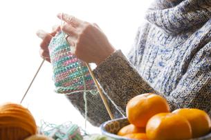 編み物をする女性の写真素材 [FYI04685531]