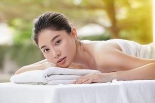 スパマッサージを受ける美人女性の写真素材 [FYI04685643]