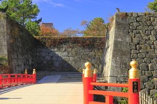 秋の会津若松城・廊下橋門跡と廊下橋の写真素材 [FYI04685668]
