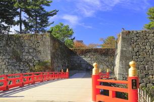 秋の会津若松城・廊下橋門跡と廊下橋の写真素材 [FYI04685669]