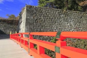 秋の会津若松城・廊下橋門跡と廊下橋の写真素材 [FYI04685670]