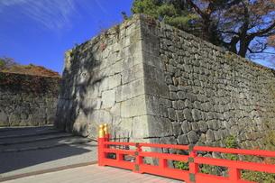 秋の会津若松城・廊下橋門跡と廊下橋の写真素材 [FYI04685671]