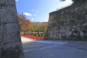 秋の会津若松城・廊下橋門跡と廊下橋の写真素材 [FYI04685672]