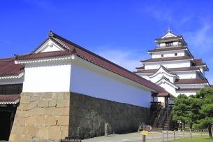 会津若松城の天守と南走長屋の写真素材 [FYI04685688]