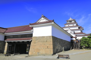 会津若松城の天守と南走長屋と鉄門の写真素材 [FYI04685689]