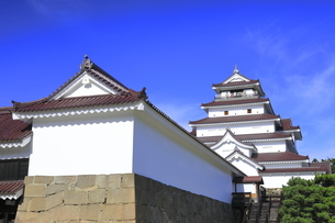 会津若松城の天守と南走長屋の写真素材 [FYI04685690]