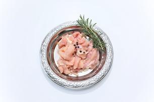 銀色の皿に盛った鶏肉の小間切れの写真素材 [FYI04685736]