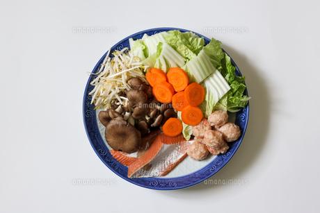 皿に盛りつけた鍋の具の写真素材 [FYI04685740]