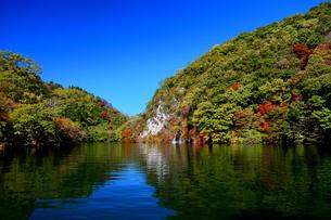 広島県帝釈峡 神竜湖の紅葉の写真素材 [FYI04685784]