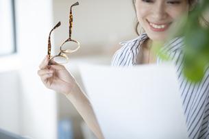 メガネと書類を持った女性の写真素材 [FYI04685942]