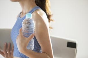 ヨガマットと水を持った女性の写真素材 [FYI04685952]