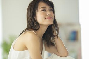 髪の毛を触る女性の写真素材 [FYI04685990]