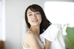 髪の毛をタオルドライする女性の写真素材 [FYI04686003]