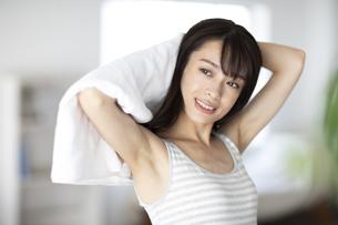 髪の毛をタオルドライする女性の写真素材 [FYI04686005]