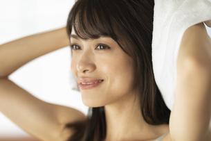 髪の毛をタオルドライする女性の写真素材 [FYI04686011]