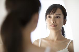 鏡の前に立つ女性の写真素材 [FYI04686025]