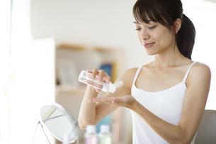 化粧水を手に垂らす女性の写真素材 [FYI04686031]