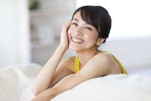 ソファーによりかかる女性の写真素材 [FYI04686040]