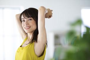 両腕をあげた女性の写真素材 [FYI04686048]