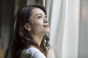 窓の外を眺める女性の横顔の写真素材 [FYI04686062]