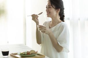 テーブルで朝食を食べようとする女性の写真素材 [FYI04686072]