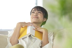 ソファーで読書をする女性の写真素材 [FYI04686085]