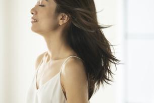 風になびく髪の毛とその女性の写真素材 [FYI04686087]