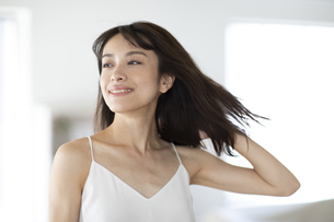 髪を流す女性の写真素材 [FYI04686088]