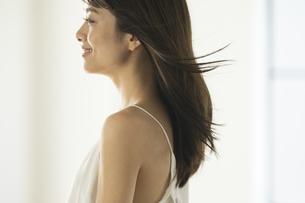 風になびく髪の毛とその女性の写真素材 [FYI04686089]