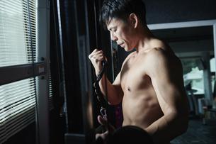 ワークアウト ジムトレーニング 男性の写真素材 [FYI04686106]