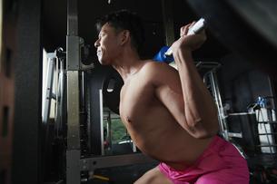 ワークアウト ジムトレーニング 男性の写真素材 [FYI04686109]