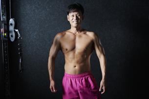 ワークアウト ボディビルダー 男性の写真素材 [FYI04686179]