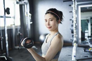 ワークアウト 若い女性 鉄アレイの写真素材 [FYI04686359]