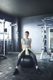 ワークアウト 若い女性 バランスボールの写真素材 [FYI04686378]