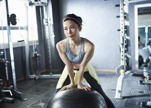 ワークアウト 若い女性 バランスボールの写真素材 [FYI04686382]